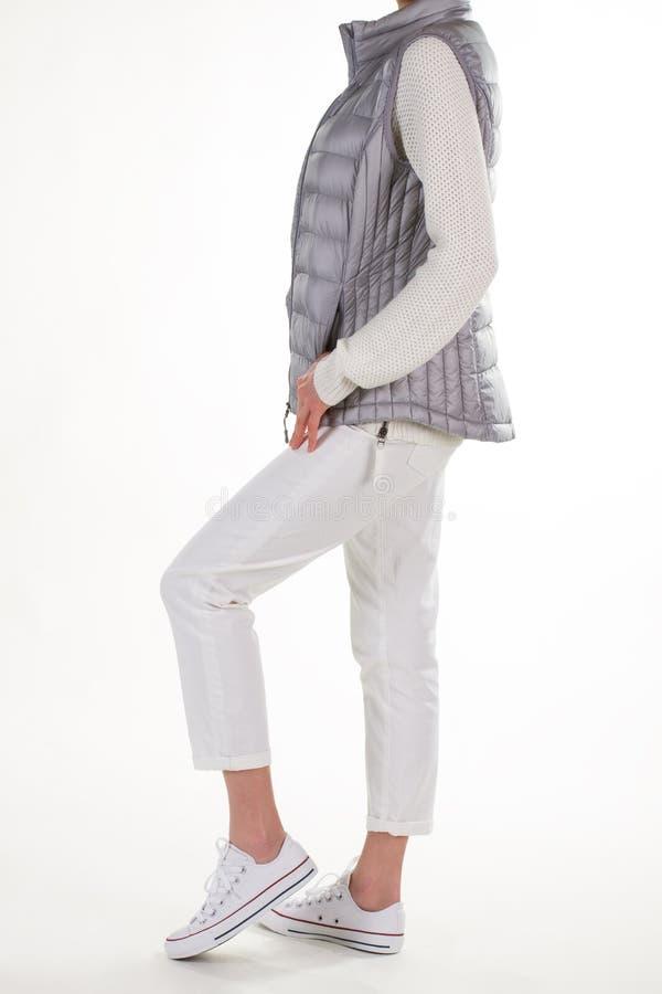 Mulher que veste uma veste cinzenta imagem de stock