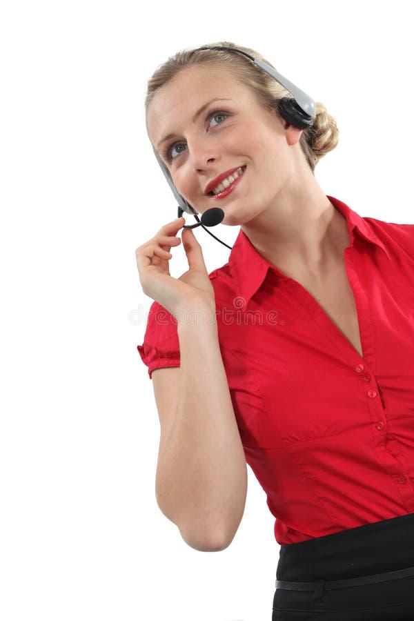 Mulher que veste uns auriculares fotos de stock