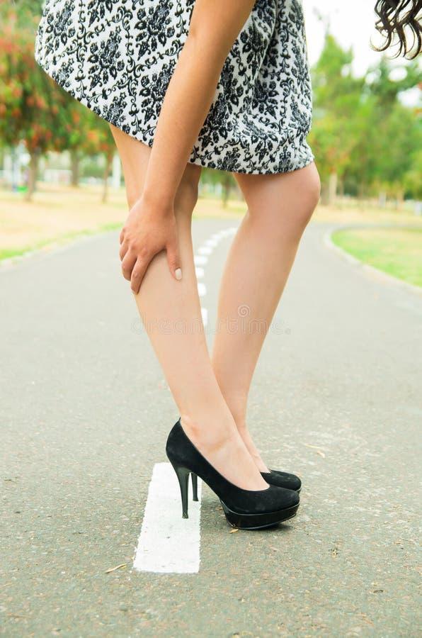 Mulher que vestem a saia elegante e elegante elegantes fotografia de stock royalty free