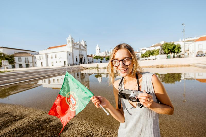 Mulher que viaja em Lagos, Portugal imagens de stock