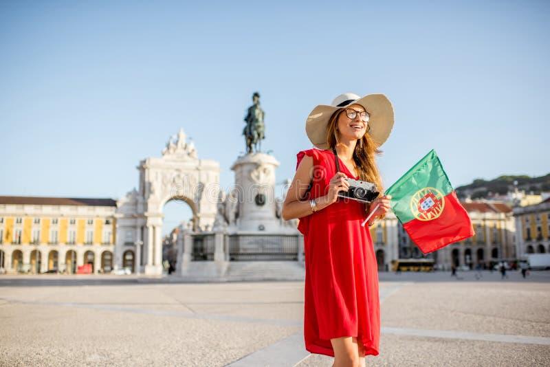 Mulher que viaja em Lisboa, Portugal fotografia de stock
