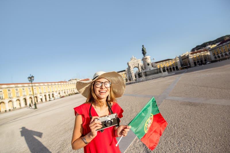 Mulher que viaja em Lisboa, Portugal imagens de stock