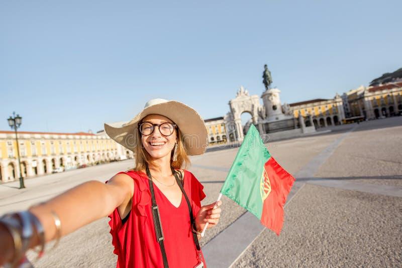 Mulher que viaja em Lisboa, Portugal foto de stock royalty free