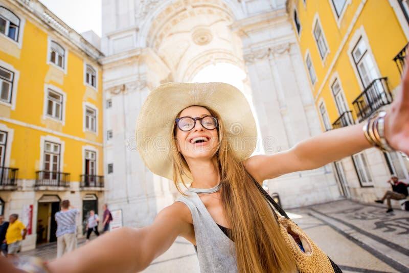 Mulher que viaja em Lisboa, Portugal foto de stock