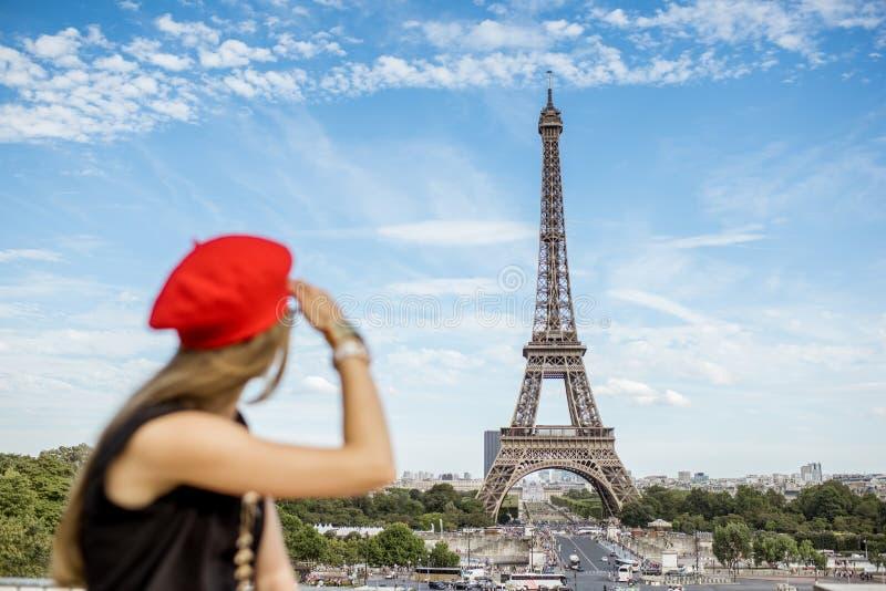 Mulher que viaja em Paris fotografia de stock