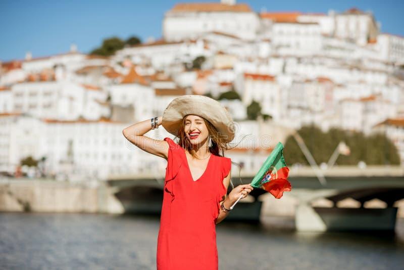 Mulher que viaja na cidade de Coimbra, Portugal foto de stock royalty free