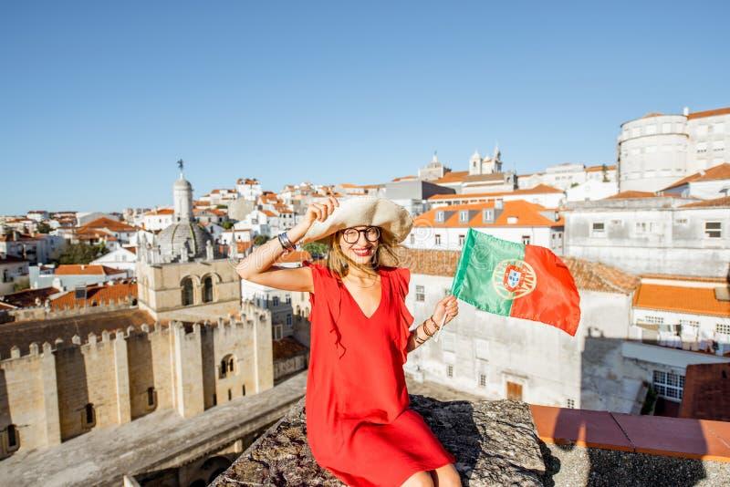 Mulher que viaja na cidade de Coimbra, Portugal imagem de stock royalty free