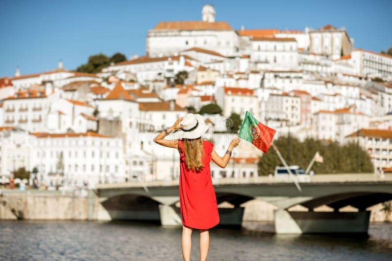 Mulher que viaja na cidade de Coimbra, Portugal imagens de stock royalty free