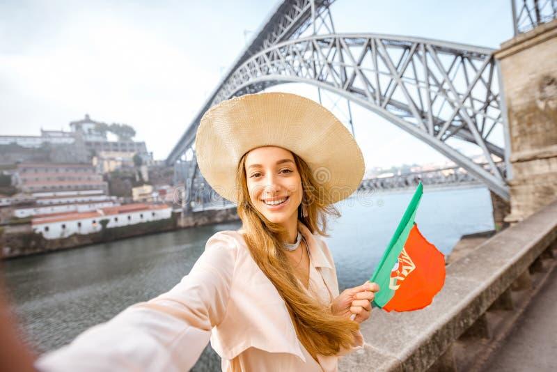 Mulher que viaja na cidade de Porto imagens de stock royalty free