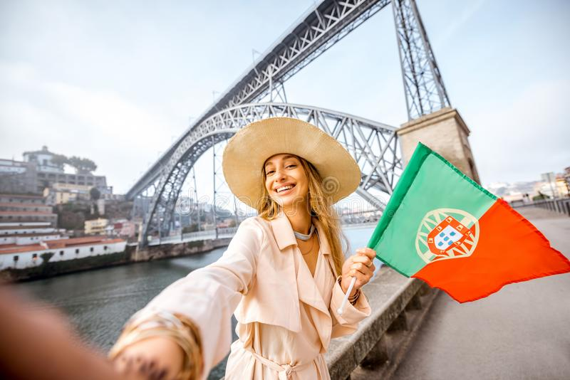 Mulher que viaja na cidade de Porto fotos de stock