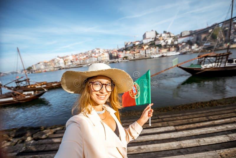Mulher que viaja na cidade de Porto foto de stock royalty free