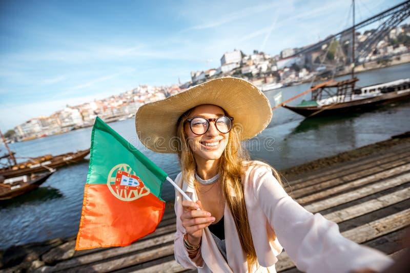 Mulher que viaja na cidade de Porto imagem de stock