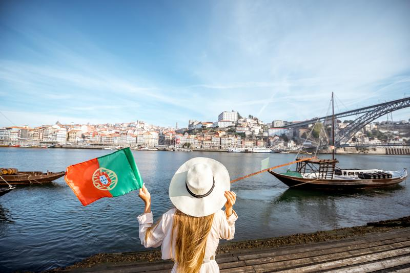 Mulher que viaja na cidade de Porto fotografia de stock