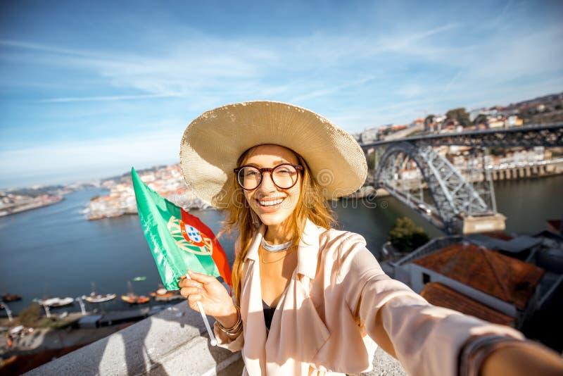 Mulher que viaja na cidade de Porto foto de stock