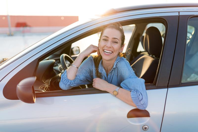 Mulher que viaja pelo carro fotografia de stock royalty free