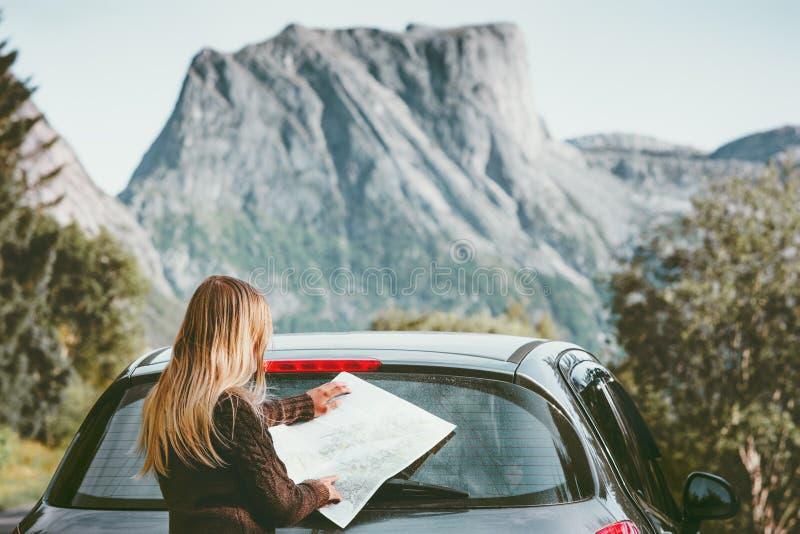 A mulher que viaja pelo carro na viagem por estrada com aventura do conceito do estilo de vida da rota do planeamento do mapa vac imagem de stock royalty free
