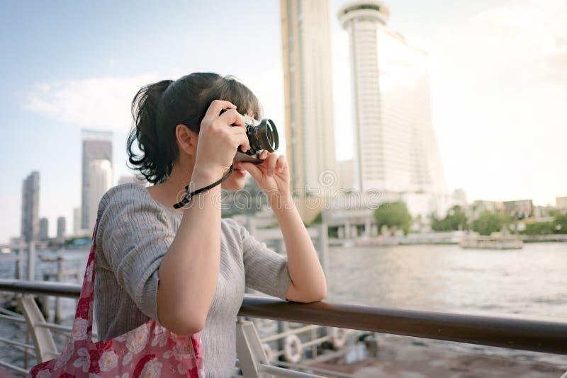 Mulher que viaja uma mochila asiática e bela imagem de stock royalty free