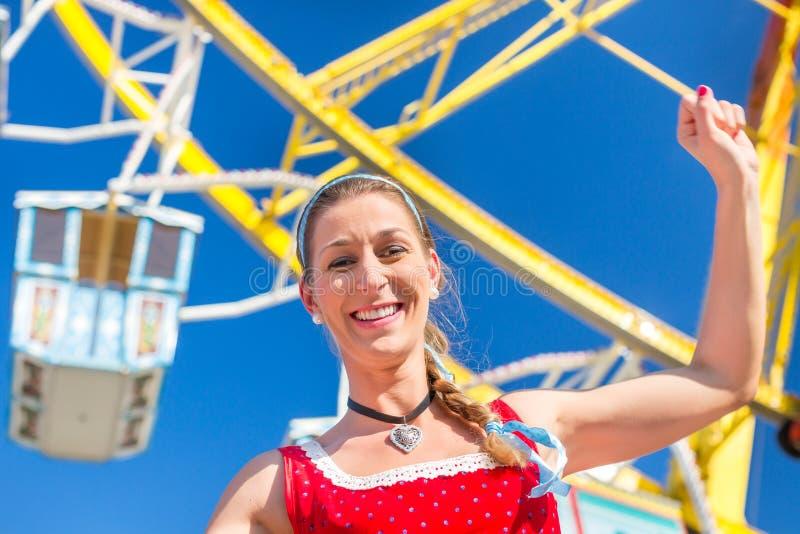 Mulher que visita a feira bávara no traje nacional foto de stock