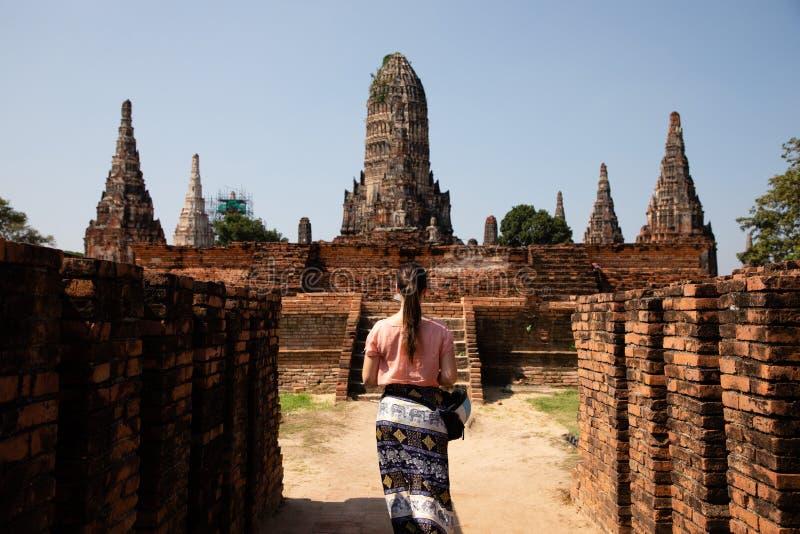 Mulher que visita ruínas tailandesas do templo em Ayuthaya foto de stock