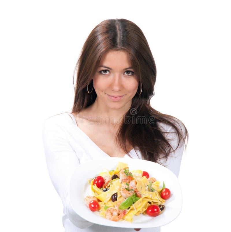 A mulher quer comer a massa dos espaguetes com alimento do italiano dos camarões foto de stock royalty free