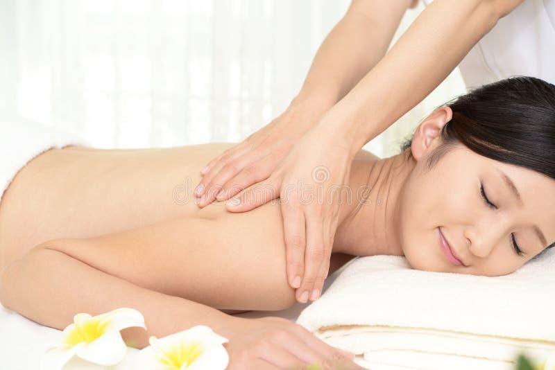A mulher recebe a massagem do corpo no salão de beleza dos termas foto de stock royalty free