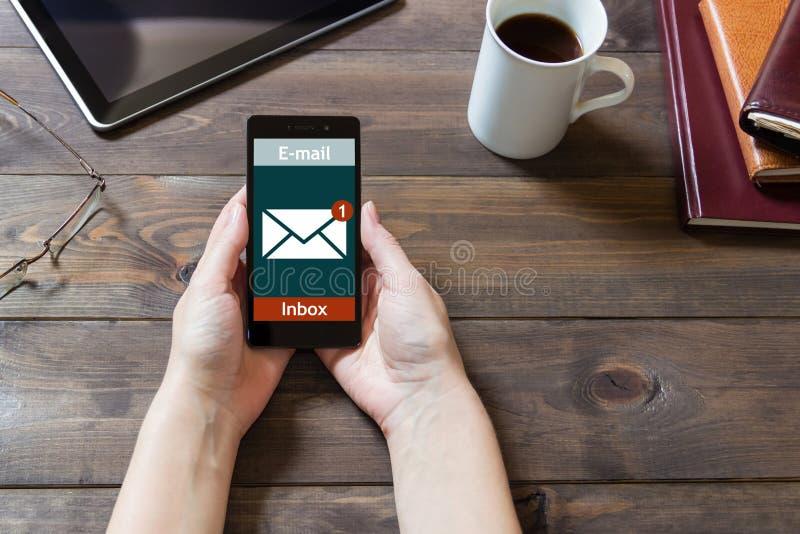 A mulher recebeu um email em linha em um telefone celular Ícone em linha da mensagem imagem de stock royalty free