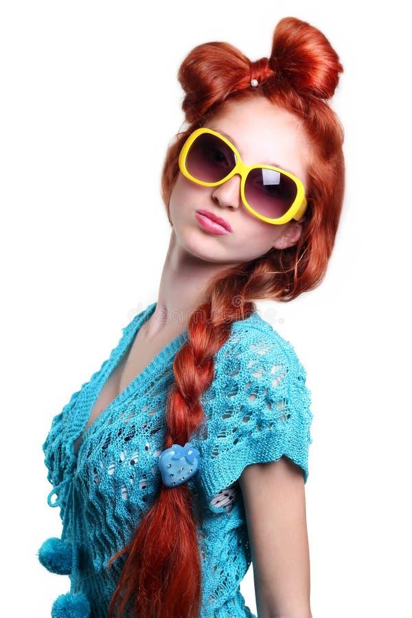 Mulher red-haired da forma em uns vidros à moda foto de stock royalty free
