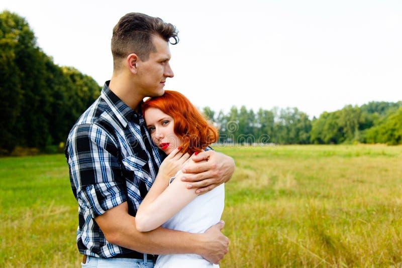 Mulher Redheaded com homem fotografia de stock royalty free