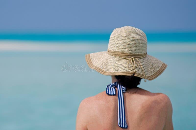 A mulher relaxa durante férias do curso no isl tropical imagem de stock