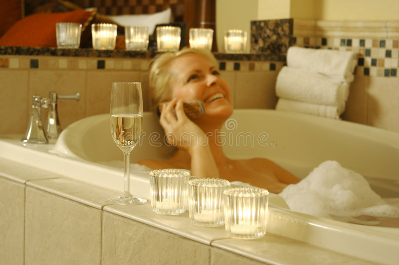 A mulher relaxa no banho imagens de stock royalty free