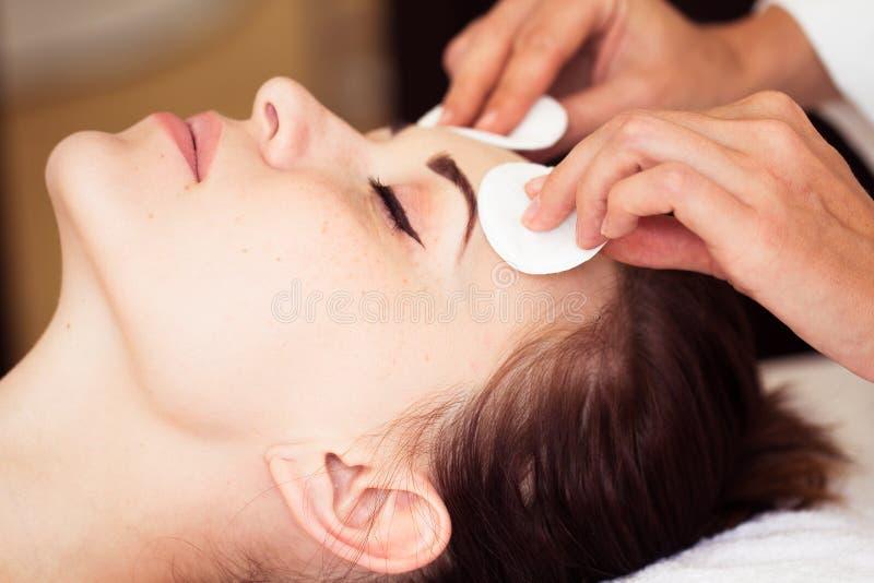 A mulher relaxado com uma máscara protetora de nutrição de limpeza profunda aplicou-se imagens de stock royalty free