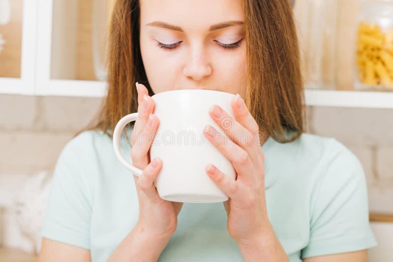 Mulher relaxado do lazer para apreciar o copo branco da bebida quente imagens de stock royalty free