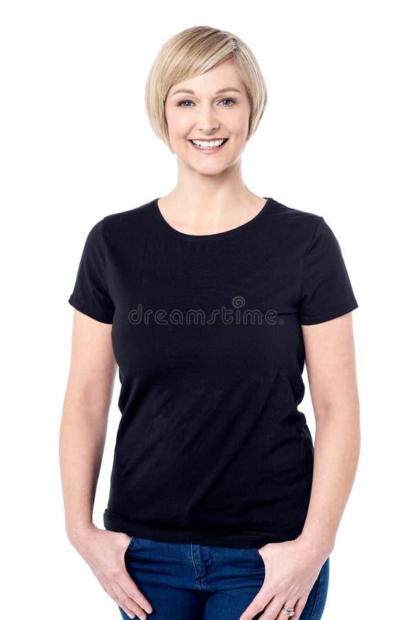 Mulher relaxado que levanta sobre o branco imagens de stock royalty free