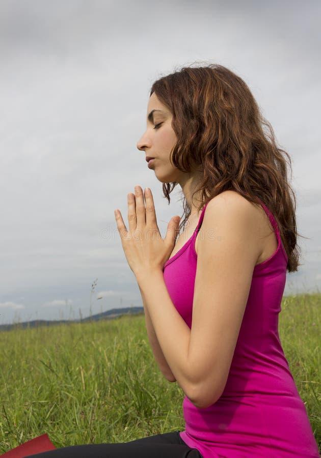 Mulher relaxado que medita na natureza imagem de stock royalty free