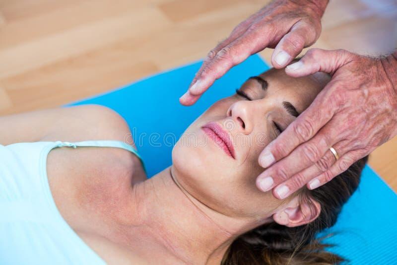 Mulher relaxado que obtém o tratamento do reiki imagem de stock