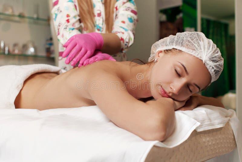 Mulher relaxado que recebe a massagem fotografia de stock