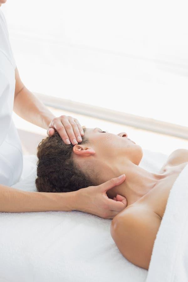 Mulher relaxado que recebe a massagem do pescoço foto de stock royalty free