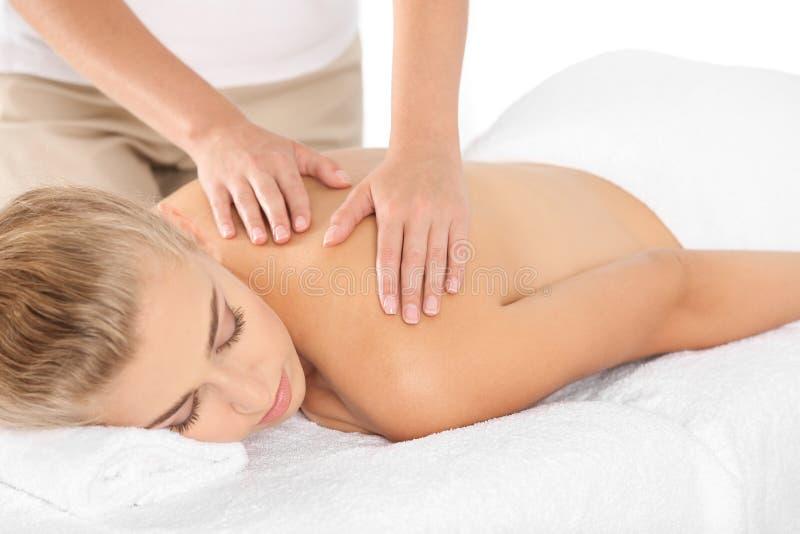 Mulher relaxado que recebe a massagem dos ombros foto de stock royalty free
