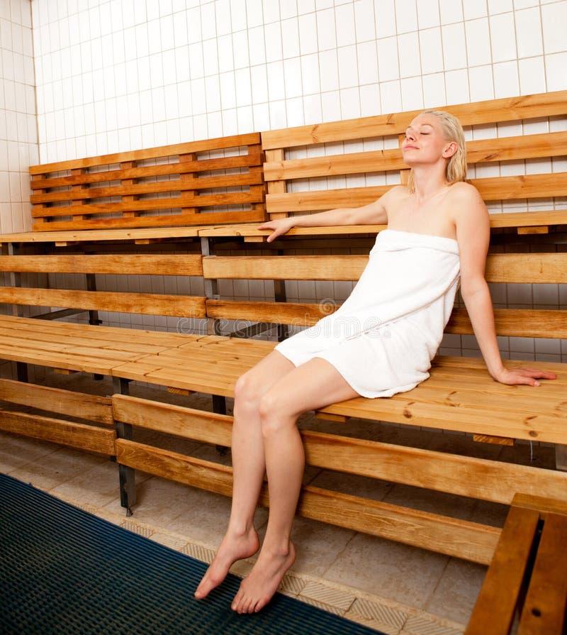 Mulher Relaxed na sauna dos termas imagens de stock royalty free