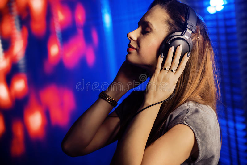 Mulher Relaxed que escuta a música imagem de stock