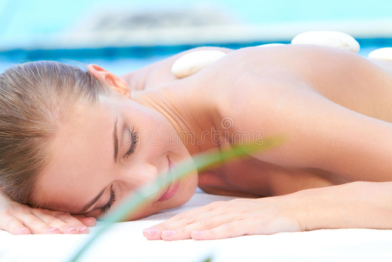 Mulher Relaxed que toma o tratamento dos termas imagens de stock