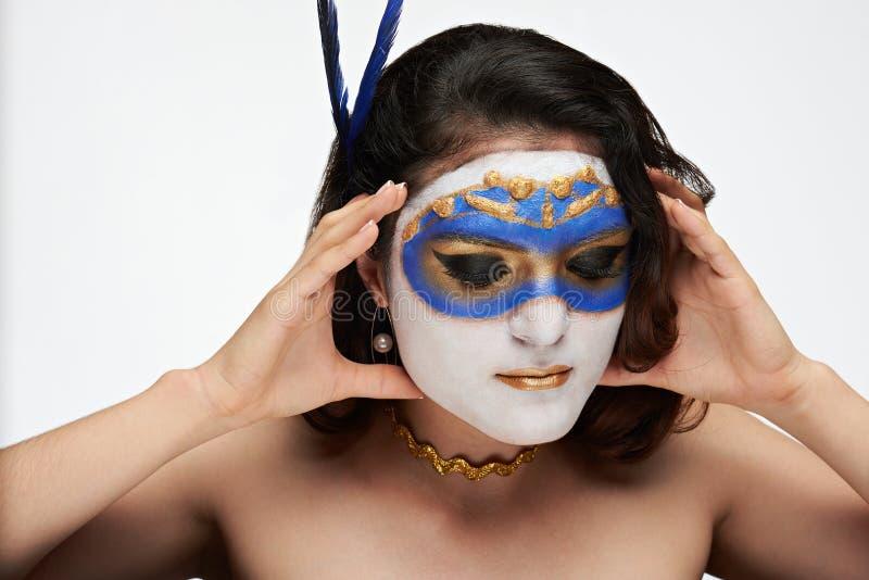 A mulher remove a máscara fotografia de stock royalty free