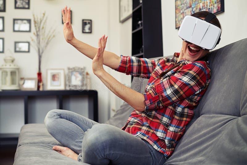 A mulher repele alguém na realidade virtual imagem de stock