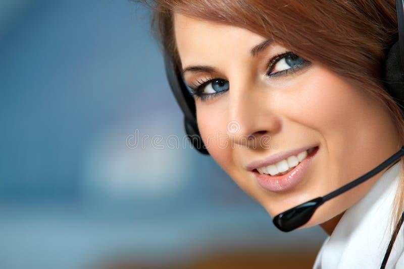 Mulher representativa do centro de chamadas com auriculares. imagem de stock