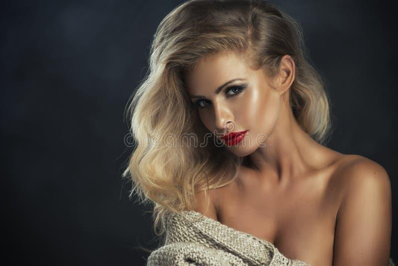 Mulher restrita 'sexy' com bordos vermelhos imagem de stock