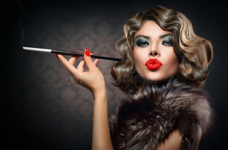 Mulher retro com adaptador bucal imagem de stock