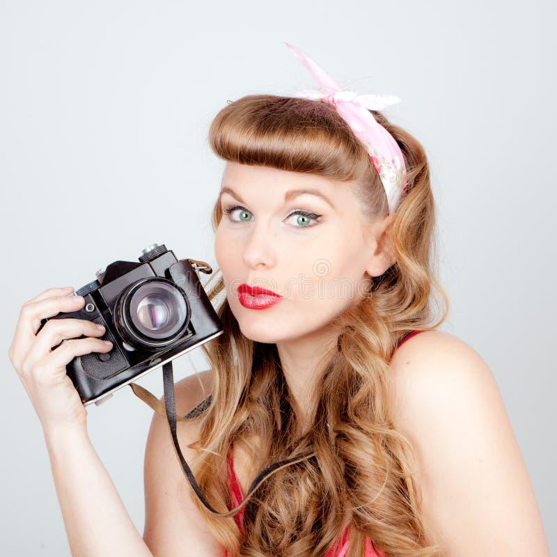 Mulher retro com câmera imagem de stock
