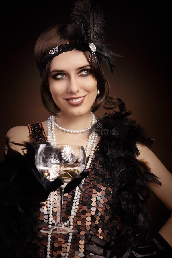Mulher retro do estilo 20s que mantém o champanhe de vidro fotografia de stock royalty free