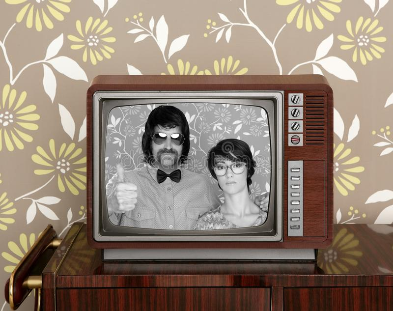 Mulher retro do homem dos pares parvos velhos de madeira do lerdo da tevê fotografia de stock royalty free