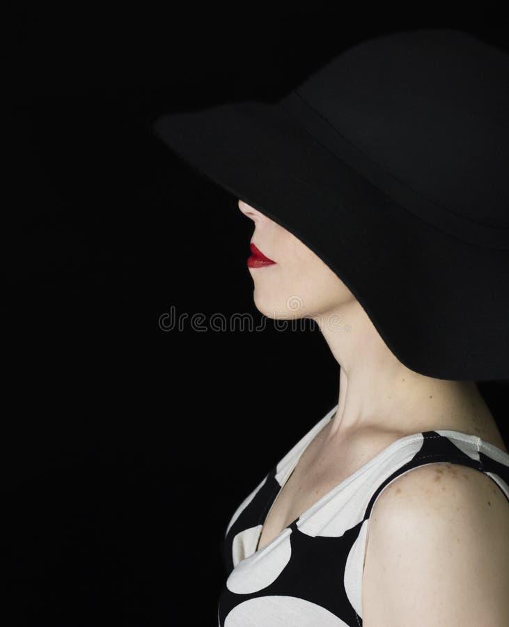Mulher retro elegante que veste um chapéu negro. foto de stock